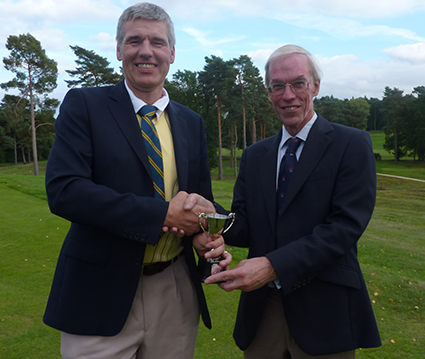 Worplesdon-winner-Chris-receives-the-Northcliffe-trophy-from-Society-Vice-President%2C-Peter-Williams.png